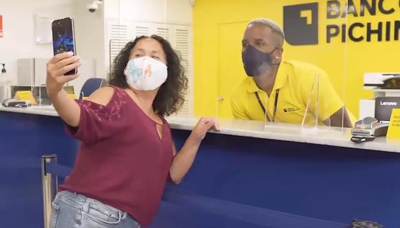 El capitán de Alianza Lima tuvo su primera experiencia atendiendo personas en un banco y se llevó más que una sorpresa. (Foto: Captura)