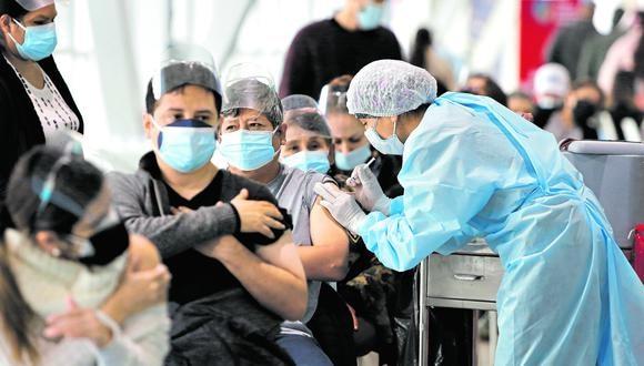 El proceso de vacunación se desarrolla en todo el país. (Foto. Violeta Ayasta/GEC)  VACUNACION CONTRA LA COVID 19 EN LA VIDENA A PERSONAS DE 45 AÑOS EN SU PRIMERA DOIS Y SEGUNDA DOSIS.  FOTOS: VIOLETA AYASTA / EL COMERCIO