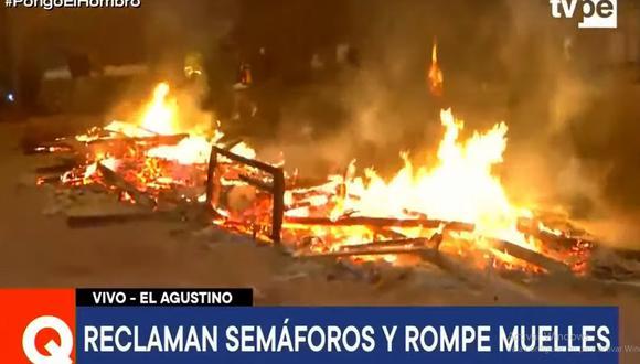 Los vecinos quemaron objetos en la pista para impedir el paso de los vehículos en el jirón Áncash. (TV Perú)
