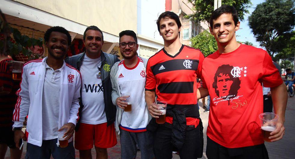 Por los alrededores del Parque Kennedy, en el distrito de Miraflores, los aficionados brasileños y argentinos ya exhiben los colores de sus clubes. (Foto: Hugo Curotto / GEC)