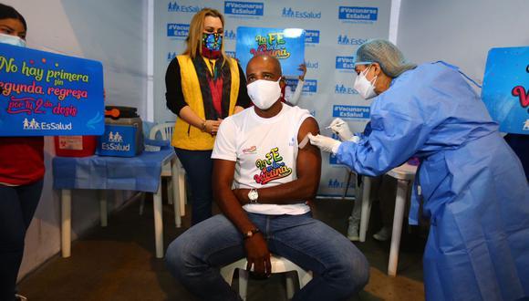 'Cuto' Guadalupe recibió la primera dosis de la vacuna contra la COVID-19 en la Playa Miller de Essalud. (Foto: Hugo Curotto @photo.gec)