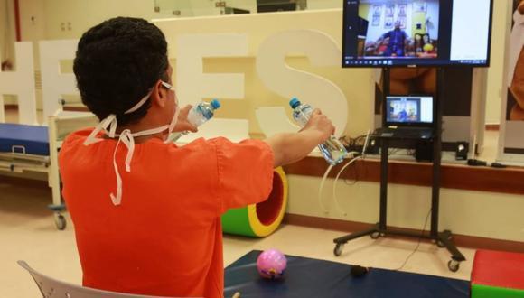 A dos meses y medio de su implementación, se han 480 videollamadas de rehabilitación física, lo que ha permitido que los pacientes continúen con sus ejercicios desde la comodidad de sus casas. (Foto: Minsa)