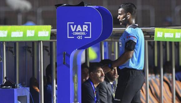 El VAR se usó por primera vez en el balompié nacional en la final de la Liga 1 2019, disputada entre Alianza Lima y Binacional. (Foto: AFP)