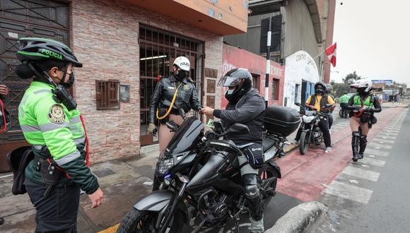 Motociclistas que usaban ciclovía de la avenida Universitaria fueron multados. (Foto: Municipalidad de Lima)