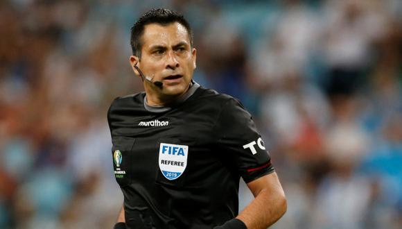 El árbitro chileno Julio Bascuñán solo revisó el VAR para Brasil, expulsó a Zambrano y más.