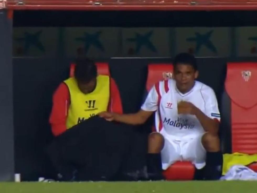 Liga Española: Jugador del Sevilla orina en el banco de suplentes [VIDEO]