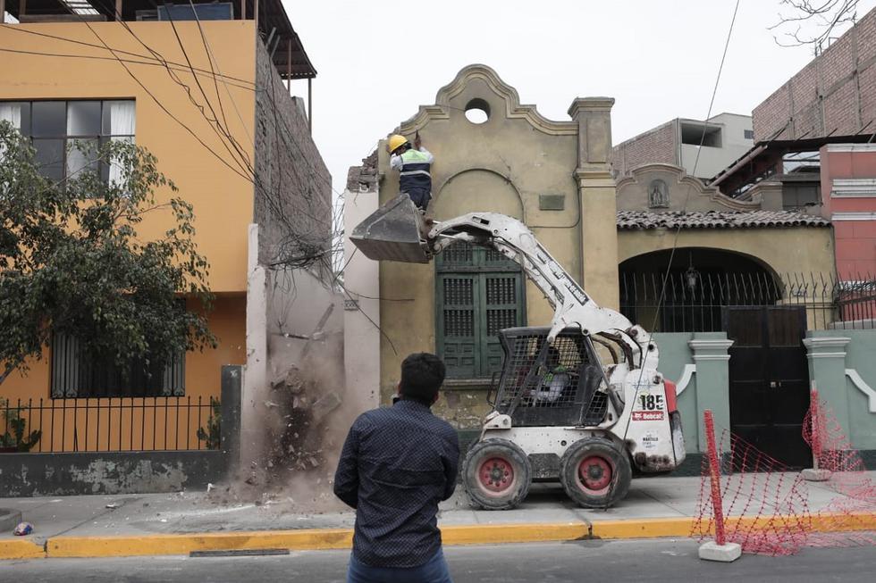 Esta mañana, vecinos de la cuadra 10 del jirón Jorge Chávez en Breña expresaron su preocupación luego de que una parte de la cornisa de una quinta, quedó a medio caer, lo que ponía en riesgo a cualquier transeúnte y residentes de la zona. (Foto: Jessica Vicente/@photo.gec)