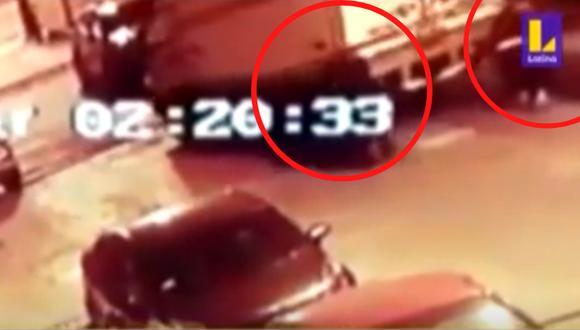 Cámaras de seguridad registraron el momento en que cuatro hombres se llevan a empujones un camión. Foto: captura Latina
