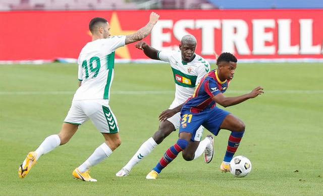 54′   Recibe un golpe en la rodilla el joven internacional español pero puede continuar.