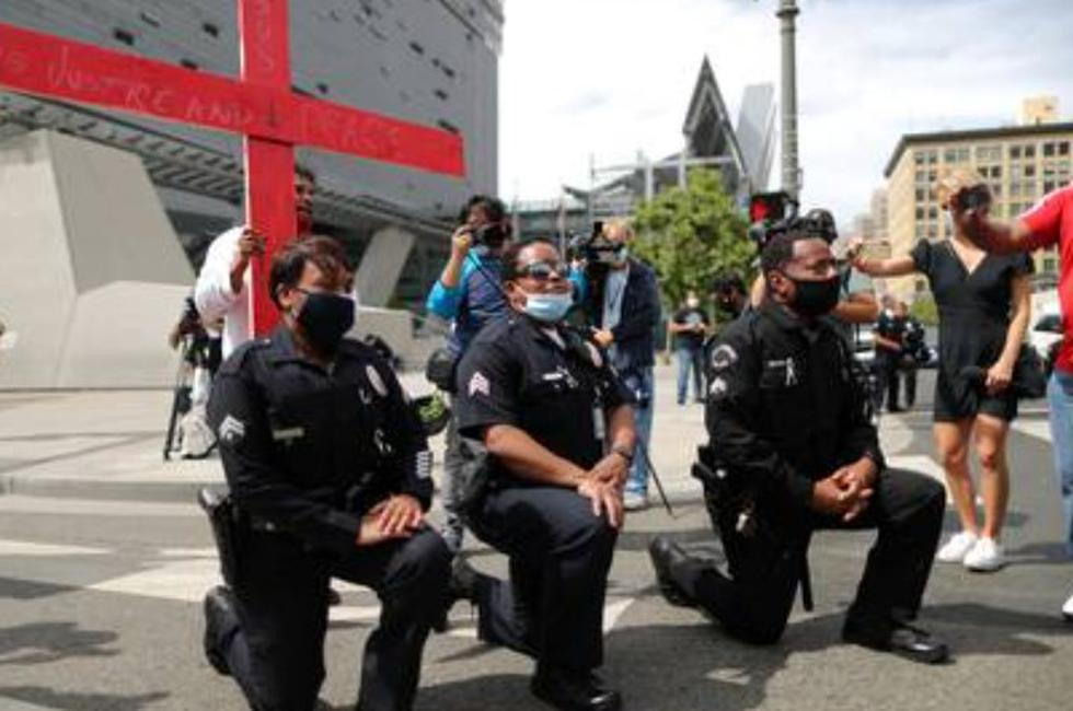 Estados Unidos: Policías se arrodillan en acto solidario contra el racismo en New York [FOTOS]
