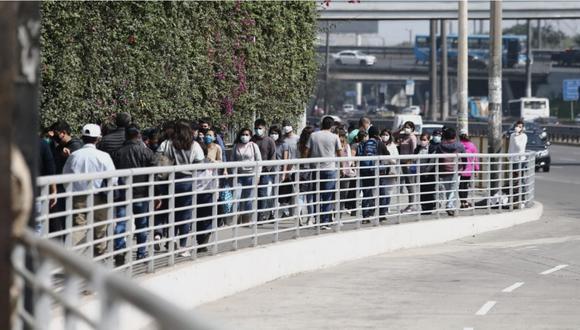 Personas tuvieron que realizar largas colas para poder ingresar al C.C Jockey Plaza, en Surco. (Foto: GEC)