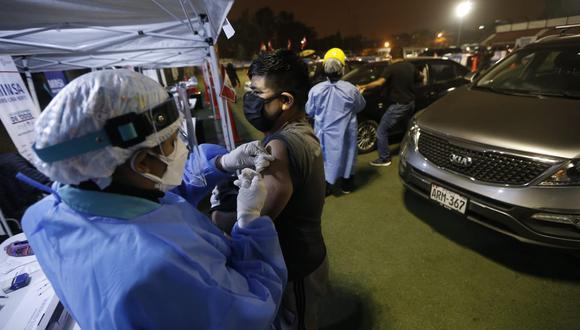 Este fin de semana se iniciará la vacunación a adultos de 40 a 44 años. Foto: Jorge Cerdan/@photo.gec