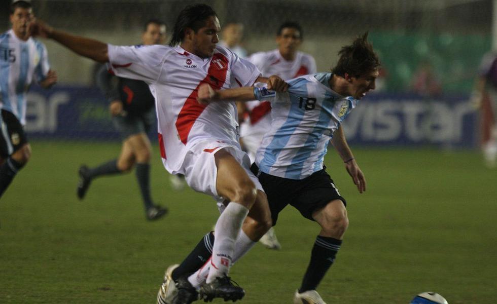 Juan Vargas marcando a Lionel Messi, en partido por las eliminatorias, Lima 10/09/2008.  (GEC Archivo)