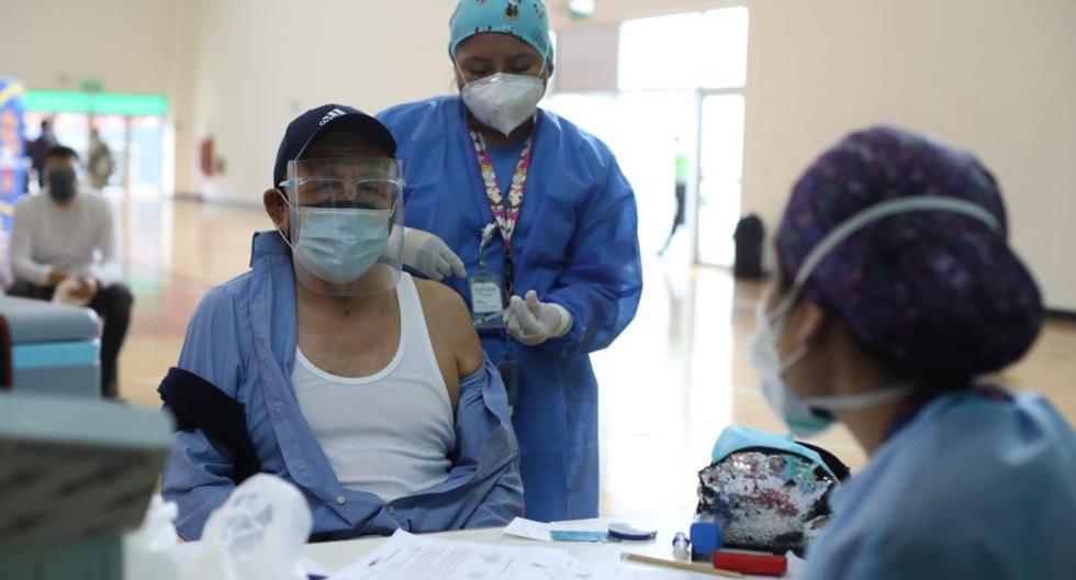Adultos mayores de 70 a 79 años reciben la primera dosis de la vacuna contra la COVID 19 en la Videna de San Luis. (Foto: Britanie Arroyo / @photo.gec)