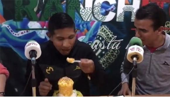 La reacción de Edison Flores al probar comida típica de Morelia