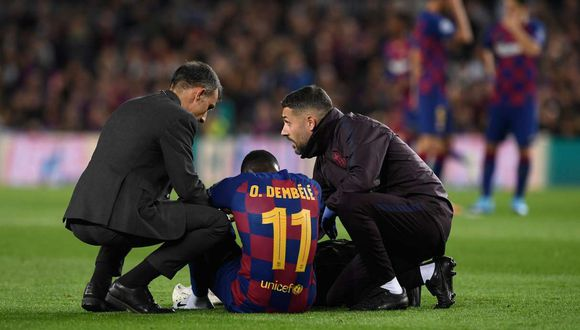 Barcelona's French forward Ousmane Dembele sits on the ground after an injury during the UEFA Champions League Group F football match between FC Barcelona and Borussia Dortmund at the Camp Nou stadium in Barcelona, on November 27, 2019. / AFP / Josep LAGO