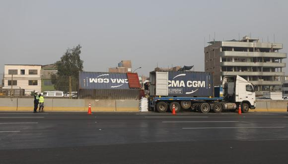 Los carriles 1 y 2 del sentido norte y carril 3 sentido sur están restringidos tras caída de contenedor. Fotos: Diana Marcelo/@photo.gec
