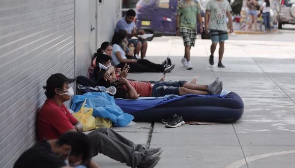 Padres de familia hacen colas fuera del Hospital del Niño para conocer el estado de salud de sus hijos. (Foto: GEC/referencial)