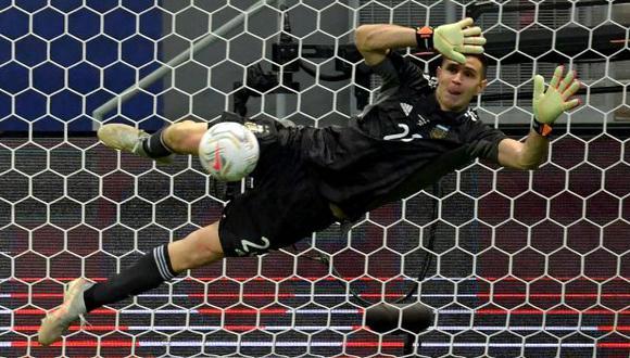Emiliano Martínez tapó tres de los cinco penales en la definición ante Colombia. (Foto: AFP)