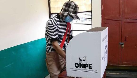 Hombre llegó a su local de votación disfrazado del Chavo del 8. (Foto: Christopher Acosta)