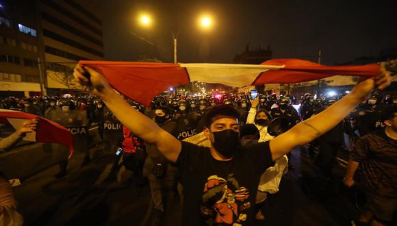 Varios grupos participaron la noche del lunes en los actos de protestas en Lima y otras regiones del país luego que el Congreso aprobó la vacancia a Martín Vizcarra. (Foto: Hugo Curotto/GEC)