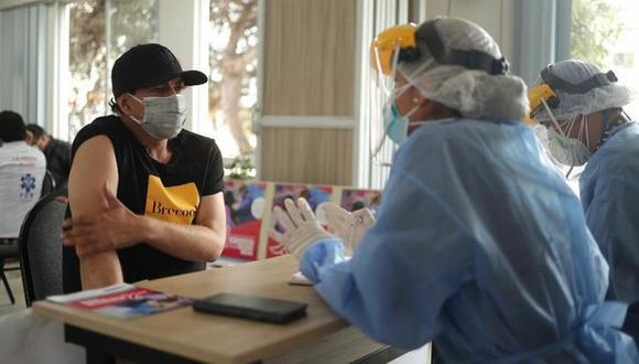 El conductor de televisión Ernesto Pimentel participó en la jornada de aplicación de la segunda dosis a esta población vulnerable. (Foto: Minsa)