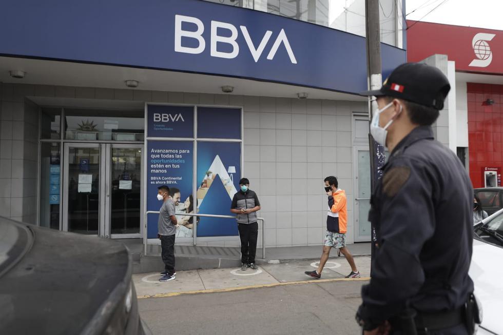 Así lucen las colas en los bancos para cobrar el Bono Familiar Universal: Foto: César Campos / GEC