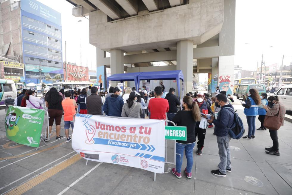 """Decenas de personas mayores de 23 años llegaron este jueves a la estación del tren Los Jardines del Metro de Lima, ubicado en el distrito de San Juan de Lurigancho, para recibir su vacuna contra el coronavirus (COVID-19) como parte de la estrategia del Ministerio de Salud (Minsa) """"Vamos a tu encuentro, vacúnate ya"""". (Foto: Britanie Arroyo/@photo.gec)"""