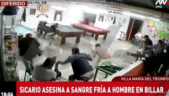Uno de los asesinos avanzó hasta donde estaba tendido el hombre y le disparó en varias oportunidades para asegurar su muerte. (Foto: ATV+)