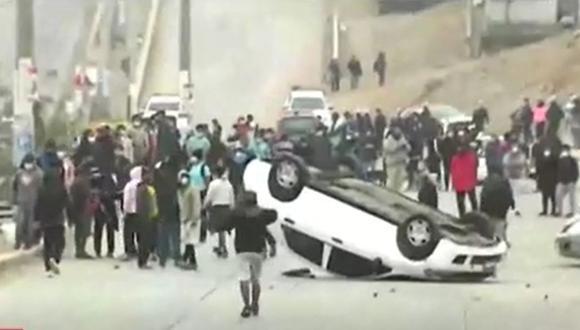 Auto apareció volteado con las llantas hacia arriba en la Av. Agropecuaria. (Captura: América Noticias)