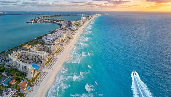 Estudiante recibe clases desde paradisiaca playa de Cancún.