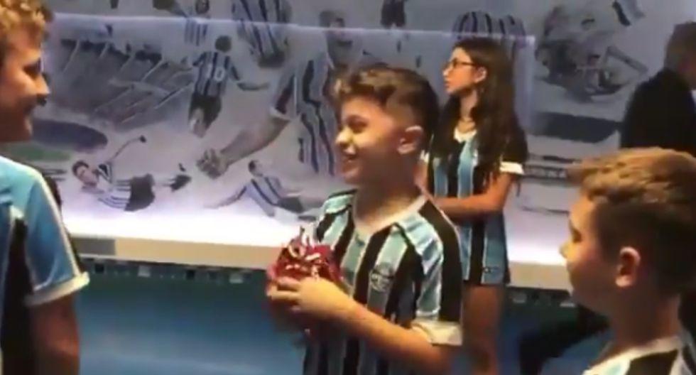 Gabriel Barbosa hizo feliz a un niño de Gremio tras regalarle su camiseta | Foto: Captura