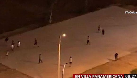 Essalud informó que personas que aparecen jugando fulbito en la Villa Pamericana no es personal médico ni asistencial. (Captura: Panamericana)