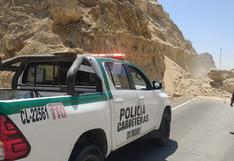 Piura: Policía de Carreteras retira inmensas rocas que cayeron en la vía tras sismo de 6,1