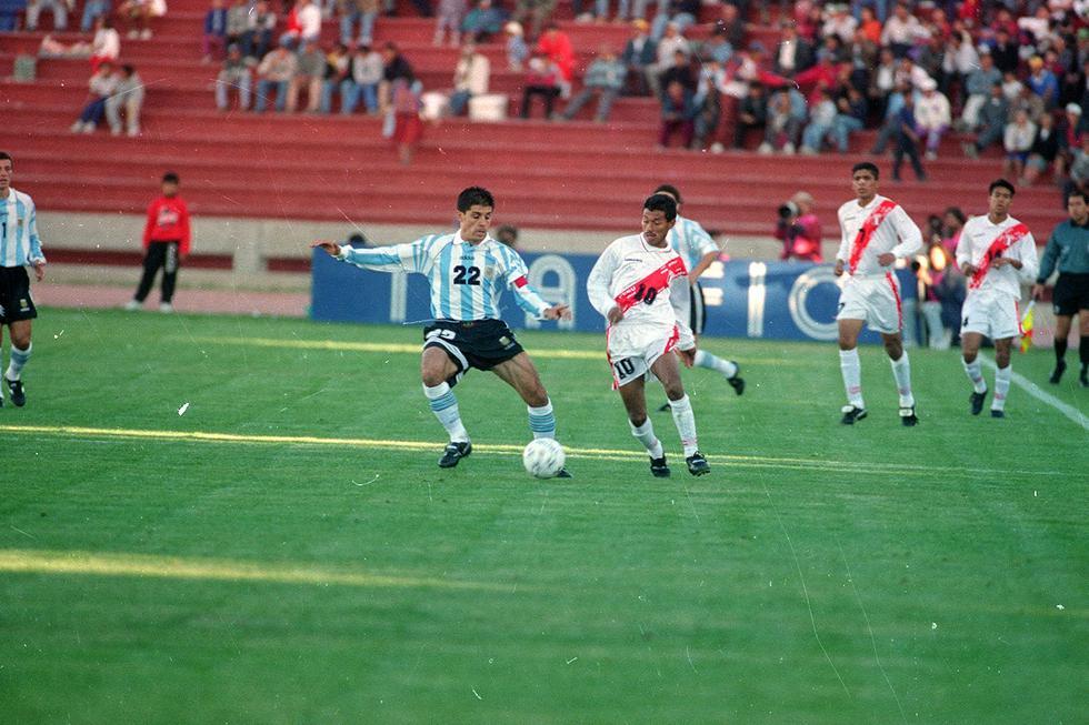 Nuestro último triunfo en un partido oficial lo logramos el 21 de junio de 1997 en la Copa América desarrollada en Bolivia. El resultado fue 2-1 con goles convertidos por Martín Hidalgo y Eddie Carazas descontando Marcelo Gallardo para Argentina.  (Foto GEC Archivo Histórico).