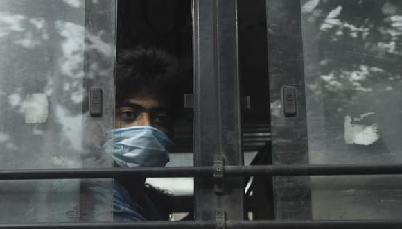 Coronavirus | India obliga a trabajadores usar aplicativo para rastrear el COVID-19 (Photo by Dibyangshu SARKAR / AFP)