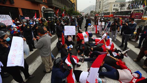 Manifestantes protestan esta mañana en la Av. Abancay cerca al Congreso de la República. Foto: Hugo Curotto/@photo.gec