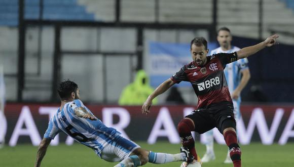 Argentina's Racing Club Chilean Eugenio Mena marks Brazil's Flamengo Everton Ribeiro during their closed-door Copa Libertadores round before the quarterfinals football match at the Presidente Peron stadium in Avellaneda, Buenos Aires Province, Argentina, on November 24, 2020. (Photo by Juan Ignacio RONCORONI / POOL / AFP)
