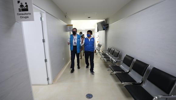 Dr. Mario Carhuapoma, recorrió los ambientes del Hospital II Luis Heysen y vacunatorios COVID-19. (Foto: EsSalud)