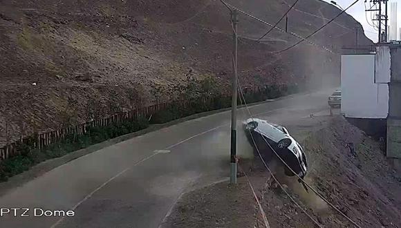El conductor perdió el control de su auto y rodó por el cerro de Las Casuarinas dando varias vueltas de campana. (Foto: Municipalidad de Surco)