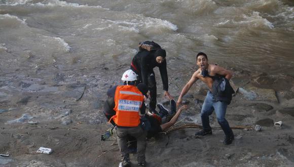 La Fiscalía de Chile detuvo y denunció al carabinero que empujó a un joven de 16 años al río Mapocho en medio de las protestas al Gobierno de Sebastian Piñera. FOTO: AFP