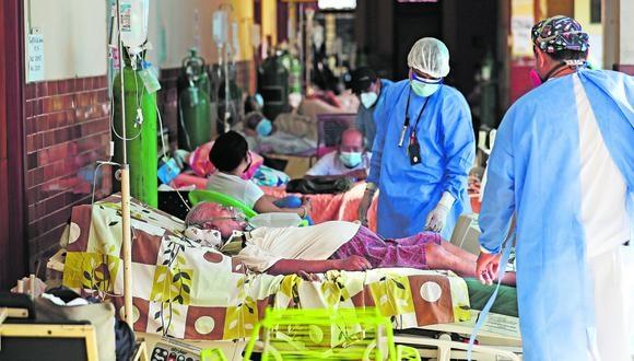 IQUITOS 20 DE FEBRERO DEL 2021.Informe sobre la situación sanitaria por el Covid 19 en Iquitos. UCI Hosp. Regional, oxígeno hosp. Essalud, pasillos hospital Regional.Marina transporta oxígeno