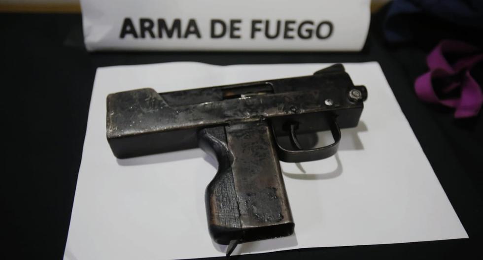 San Miguel: Policía detiene a pareja que asaltó a jóvenes en un parque con una ametralladora Uzi