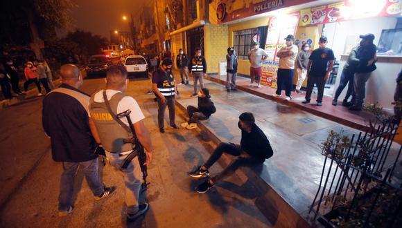 Tras balacera, agentes de la Policía captura a cuatro asaltantes de pollería, pero dos cómplices fugaron con botín. (Foto: César Grados / @photo.gec)