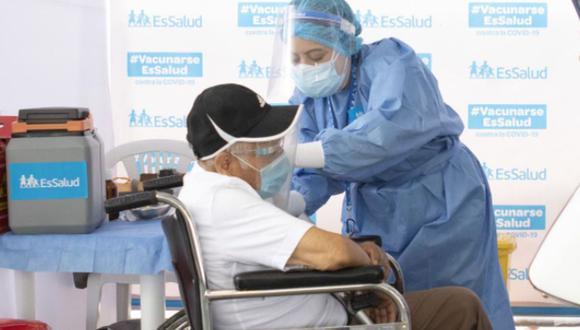 La aplicación de dosis a los adultos mayores asegurados se realiza en Lima. (Foto: Andina)