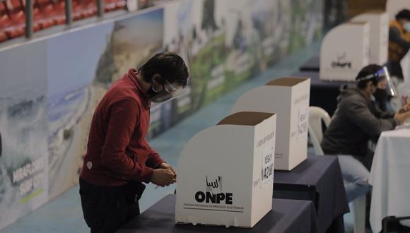 Ciudadanos han reportado que cédulas terminas con perforaciones al momento de marcas por su candidato durante la jornada de segunda vuelta. (Foto: Leandro Britto/@photo.gec)
