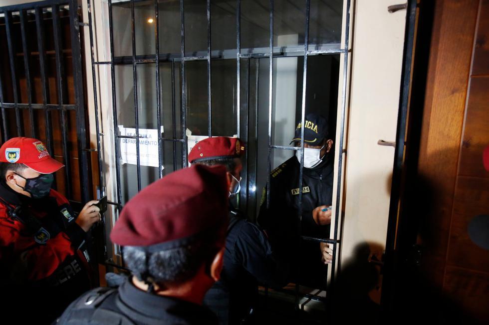 Dos agentes de la Policía Nacional del Perú (PNP) fueron retenidos durante esta madrugada en una vivienda, ubicada en la cuadra 3 del Jr. Pedro Irigoyen en San Martín de Porres, luego de intervenir el inmueble por la realización de una fiesta clandestina en pleno toque de queda, informó TV Perú. (Foto: César Grados /@photo.gec)