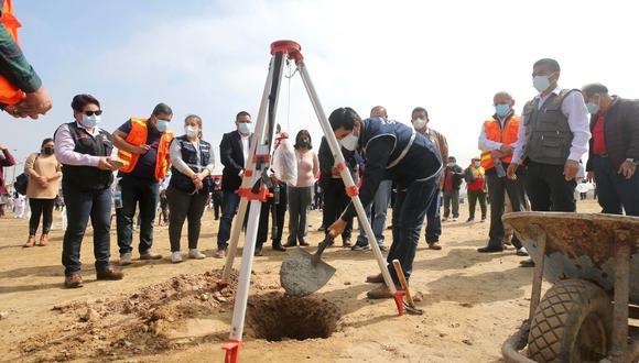 Hoy se hizo la colocación de la primera piedra como símbolo del inicio de la obra que concluirá en 21 meses. (Foto: Pronis)