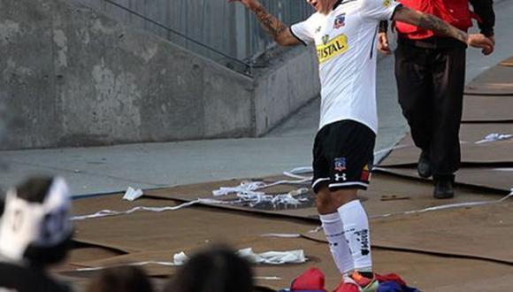 Jugador de Colo Colo es detenido por pisotear bandera de U de Chile