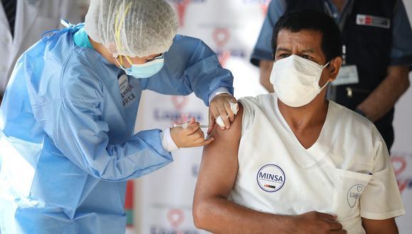 Con la llegada de las vacunas se ha comenzado a vacunar al personal que trabaja en salud, fuerzas armadas, fuerzas policiales y adultos mayores. (Foto: Britanie Arroyo / GEC Archivo)